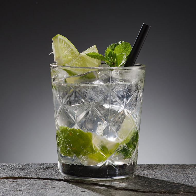Is i drink. Colia har lösningarna inom ismaskiner, iskubmaskiner, isflakesmaskiner, isdispensers, bingar, istransporter m.m.
