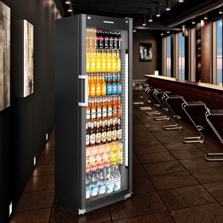 Liebherr Black Line kyl. Exponerings- & vinkylskåp från Colia. Med rätt exponering skapas en trivsam atmosfär som bidrar till merförsäljning.