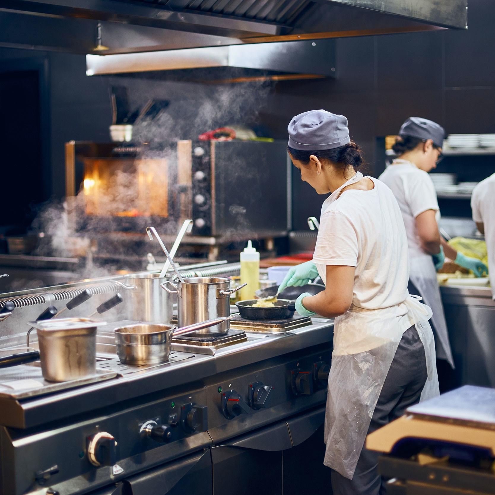 Ett storkök med professionella kylskåp och professionella frysskåp från Colia. Vi erbjuder kylrum och frysrum m.m.